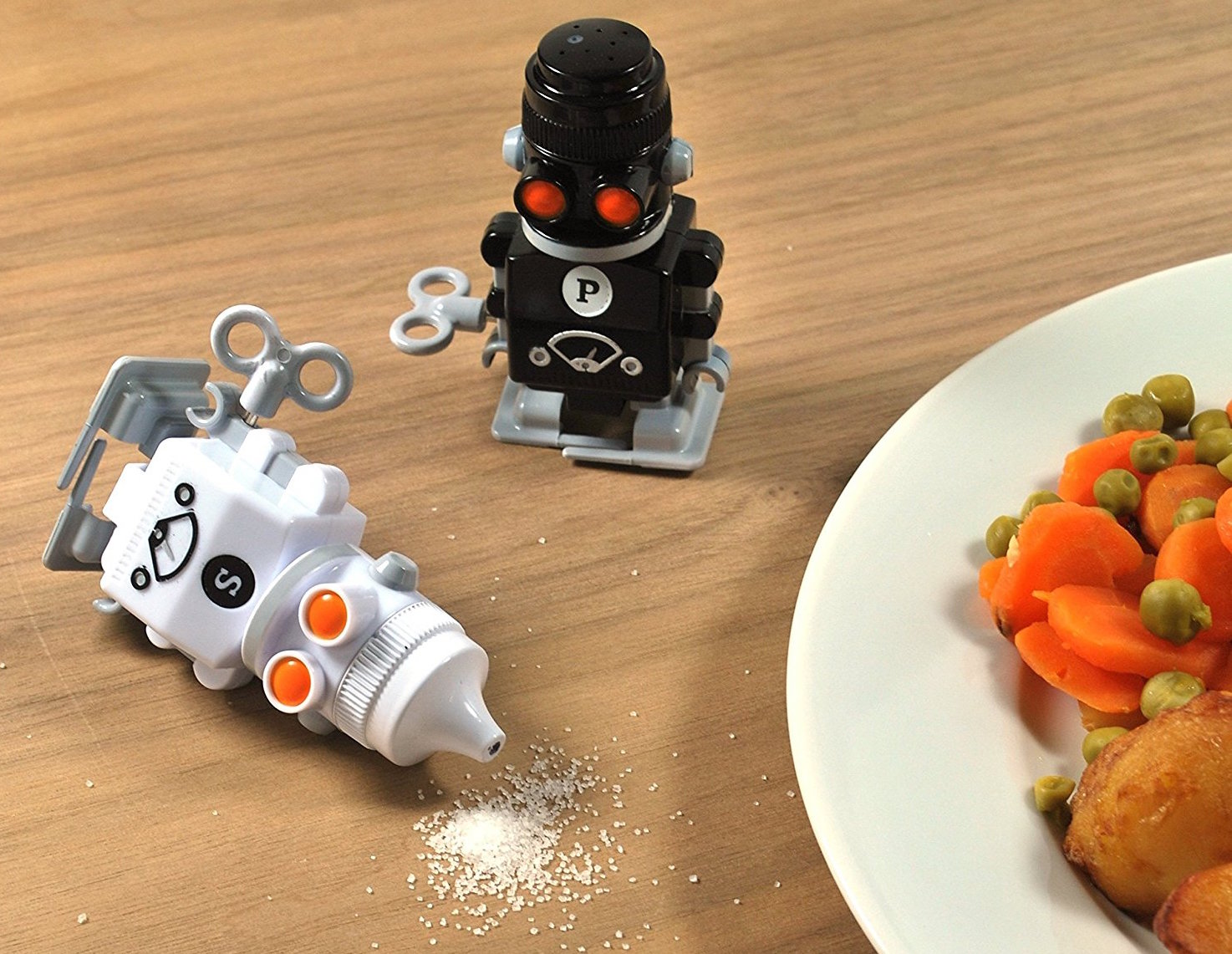windup_salt_pepper_robot_shakers.jpg